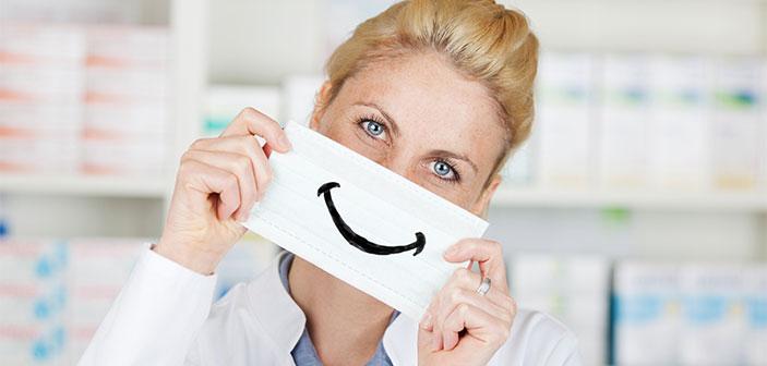 apoteker kvinde med serviet for munden hvor der er tegnet en smiley